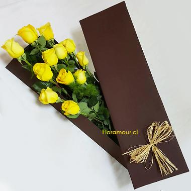 Caja de cartón color marrón con 12 rosas importadas